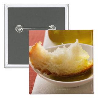 Aceite de oliva con el pan blanco pin cuadrado