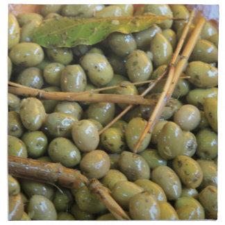 Aceitunas verdes en un mercado francés local servilletas imprimidas