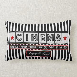 Acento del rojo de la almohada de la raya del cine