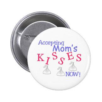 ¡Aceptando los besos de la mamá ahora! Pin Redondo 5 Cm