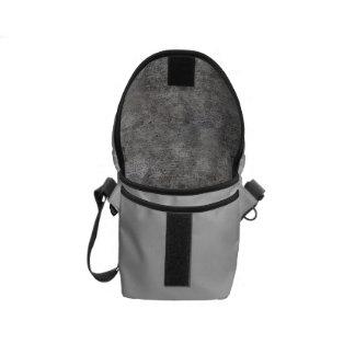 Acera gris resistida del cemento bolsa de mensajería
