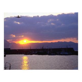 Acercamiento de la puesta del sol sobre el puerto  tarjetón