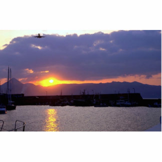 Acercamiento de la puesta del sol sobre el puerto  fotoescultura vertical