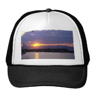 Acercamiento de la puesta del sol sobre el puerto  gorra
