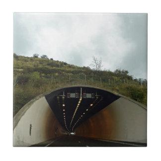 Acercamiento de un túnel en una carretera tejas