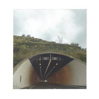 Acercamiento de un túnel en una carretera blocs de papel