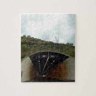 Acercamiento de un túnel en una carretera puzzle con fotos