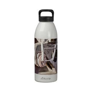 Acero que golpea el acero botellas de agua reutilizables