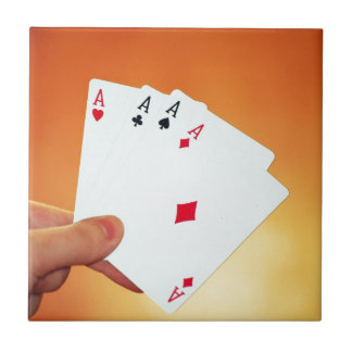 Aces-in-hand1892 CARDA los JUEGOS de JUEGO del PÓK Teja