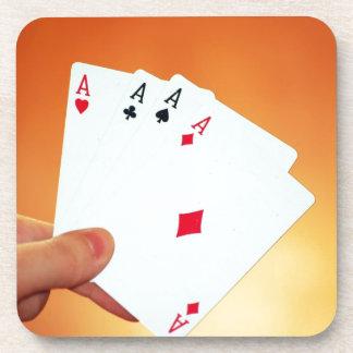 Aces-in-hand1892 CARDA los JUEGOS de JUEGO del PÓK Posavasos De Bebidas