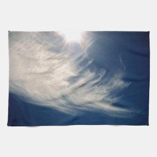 ¡Aclare su día Sun luminoso y nubes Wispy Toallas