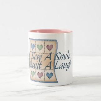 Acolche una risa taza de café de dos colores
