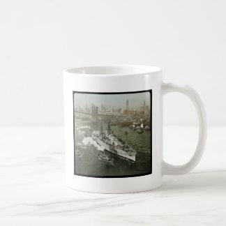 Acorazado de WWII en el vintage del río Hudson Taza Básica Blanca