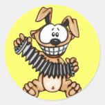 Acordeón que juega el perro del dibujo animado pegatina redonda