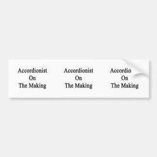 Acordeonista en la fabricación etiqueta de parachoque