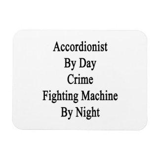 Acordeonista por la máquina que lucha del crimen d imanes