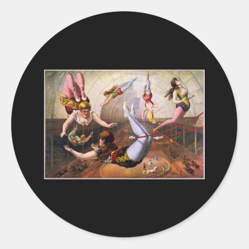 Acróbatas de sexo femenino del trapecio en el pegatina redonda