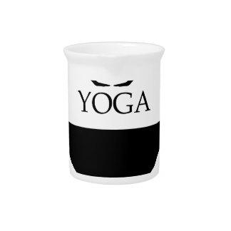 actitud boca abajo de la yoga del perro jarrón