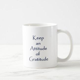 Actitud de la gratitud taza básica blanca