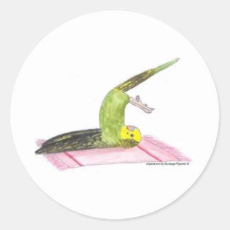 Actitud de la paleta del Parakeet de la yoga Pegatina Redonda