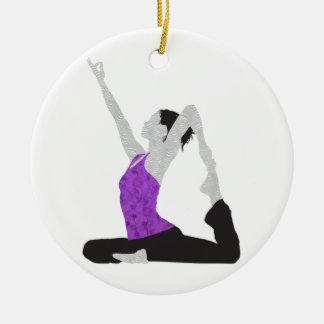 Actitud de la yoga adorno navideño redondo de cerámica