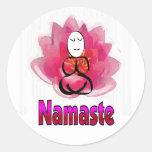 """Actitud de la yoga con la flor de Lotus """"Namaste """" Etiquetas Redondas"""