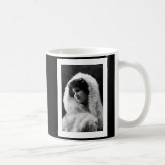 actitud del camafeo de la mujer del victorian taza básica blanca