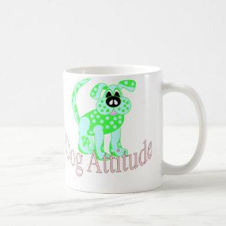 Actitud del perro taza de café