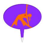 Actitud del triángulo de la yoga con el corazón en figuras de tarta