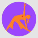Actitud del triángulo de la yoga con el corazón en pegatina redonda