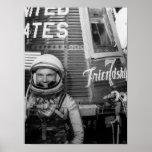 Actitudes de John Glenn del astronauta al lado de  Poster