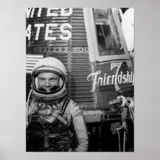 Actitudes de John Glenn del astronauta al lado de Póster