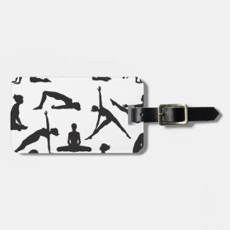 Actitudes de la yoga de la silueta etiqueta de maleta