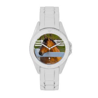 Actitudes del caballo por la huerta de cereza de c reloj de mano