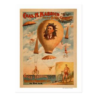 Acto del paracaídas de la bicicleta en teatro del postal