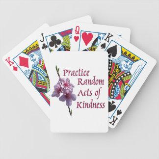 Actos al azar de la práctica de los naipes de la a barajas de cartas