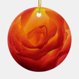 Acuarela color de rosa bicolor roja y amarilla adorno navideño redondo de cerámica