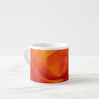 Acuarela color de rosa bicolor roja y amarilla taza de espresso
