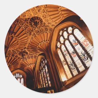 """Acuarela interior de la iglesia del """"bosque pegatina redonda"""