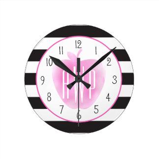 Acuarela rosada con monograma Apple + Rayas Reloj Redondo Mediano