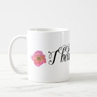 Acuarela rosada del oro floral taza básica blanca