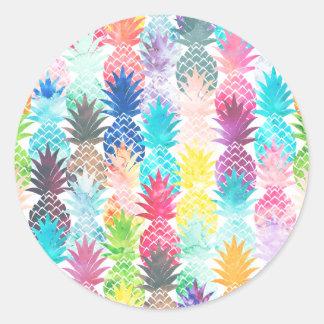 Acuarela tropical del modelo hawaiano de la piña pegatina redonda