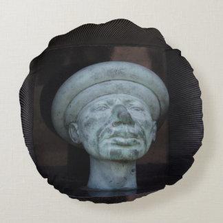 Adán - escultura en el sepulcro de Rudolf Hausner Cojín Redondo