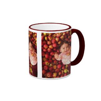 Adela entre las manzanas taza de dos colores