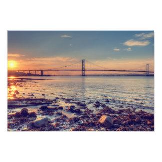 Adelante puesta del sol del puente del camino fotografía