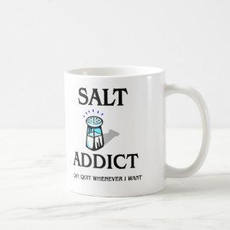 Adicto a la sal taza clásica