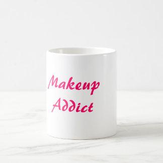 Adicto al maquillaje taza clásica