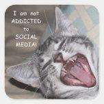 Adicto divertido al pegatina social del gato de