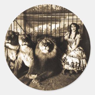Adjie y los leones 1899 pegatina redonda