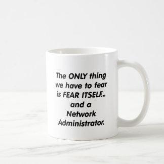 administrador de red del miedo taza básica blanca
